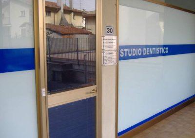 grafica adesiva vetrina studio dentistico